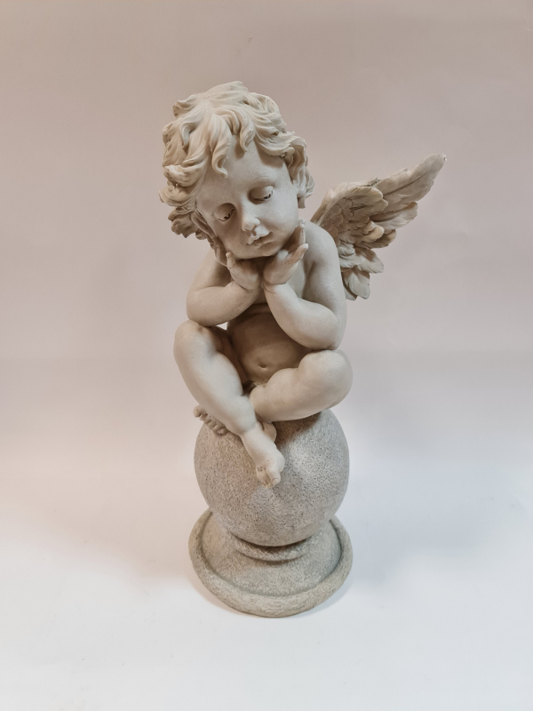 Anjel, dekoračný, sediaci na guli, svetlý, 54 cm