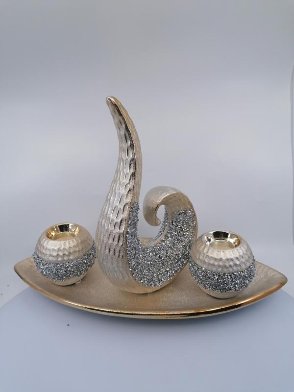 Zlatá dekorácia so svietnikmi