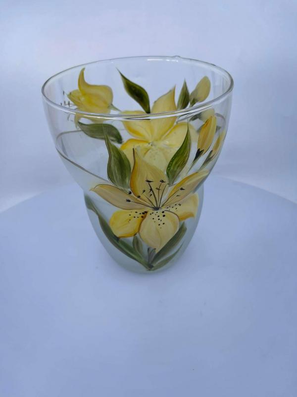 Váza s vyhlbom ľalia