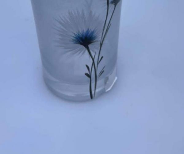 Sklenena poškodená váza maľovaná